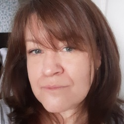 Helene is looking for singles for a date