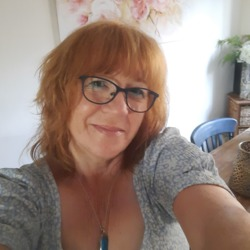 Stephi is looking for singles for a date